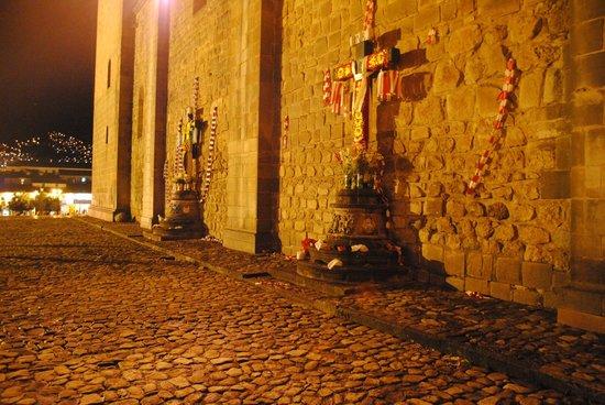Catedral del Cuzco o Catedral Basílica de la Virgen de la Asunción: Cruces de mayo en el costado del Suntur Wasi