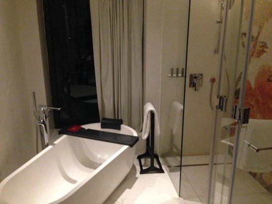 Mira Moon Hotel: Rain shower + amazin bathtub