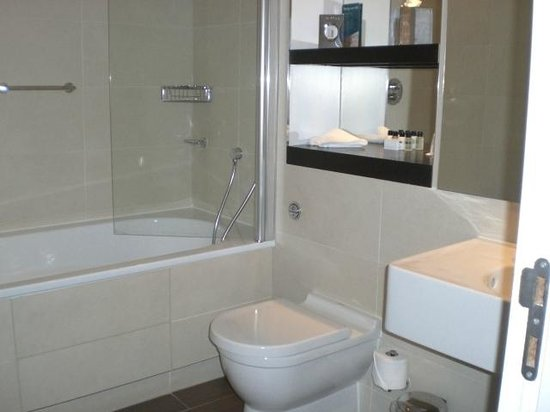 Mercure Aberdeen Caledonian Hotel: 232 Bath + Rain Forest Shower
