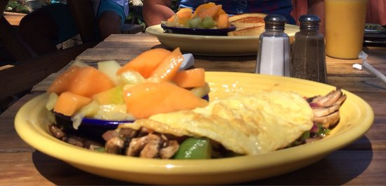 We Three Bakery & Restaurant: Vegetarian omelet with fruit salad, yummy!