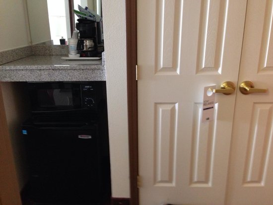 Holiday Inn Express Syracuse / Fairgrounds : Fridge, microwave & coffee maker. Big spacious closet too