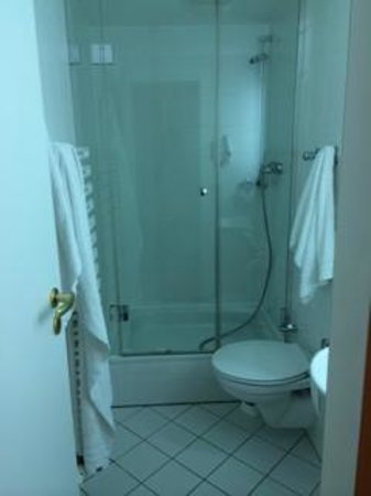 Hotel Mercure Munich Altstadt: Very basic, small bathroom
