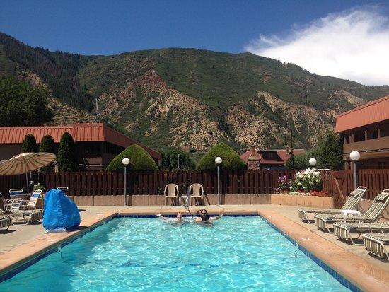 Glenwood Springs Cedar Lodge : View from outdoor pool!
