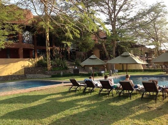 Serengeti Sopa Lodge: view of pool and lodge