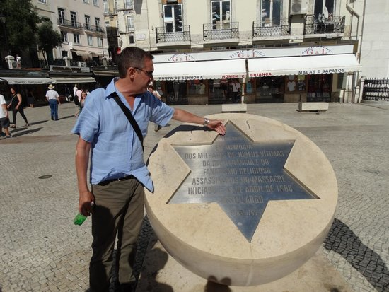 Lisbon Explorer Private Tours : Paolo showing us the memorial to the Jewish victims of the 1506 massacre in Lisbon.