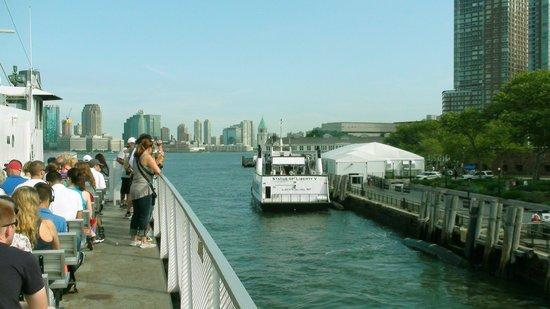 Statue de la liberté : Båten lägger ut