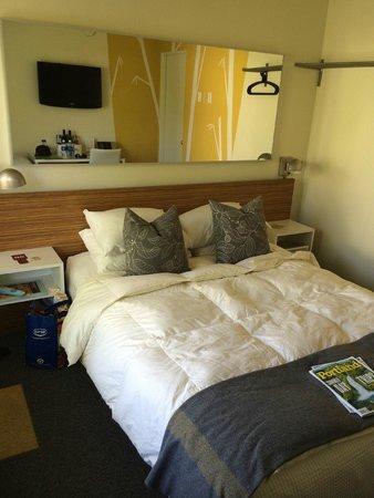 Jupiter Hotel : Bed, side tables, mirror