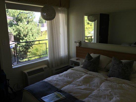 Jupiter Hotel: Bed, window, lighting, mirror