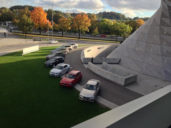 BMW-Museum: Вид с моста между зданиями