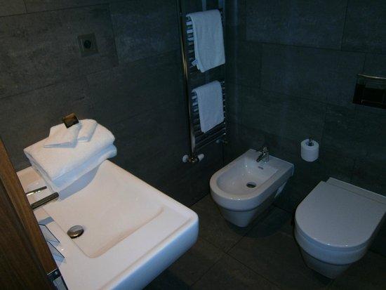 MOODs Boutique Hotel: Lavabo muy limpio y completo