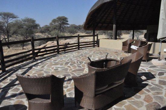Ozongwindi Lodge : Schöne Terrasse beim Hauptgebäude, mit Blick aufs Wasserloch.