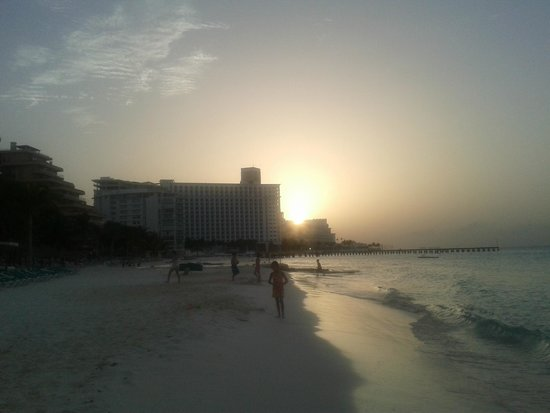 Grand Fiesta Americana Coral Beach Cancun: Playa al atardecer