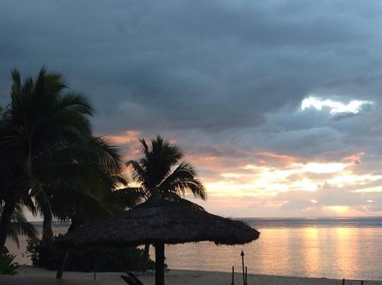 Tavarua Island Resort: Tavarua's sunset at the pool...after 3 seasions at Cloudbreak...the best!!