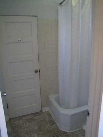 Hotel Atwater: Shared bathroom (shower/tub and toilet)