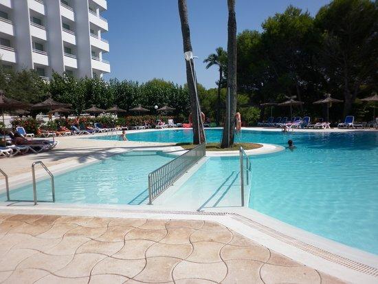 Globales Mediterrani: piscina hotel