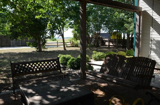 Three Dudes Winery: The patio near tasting room.