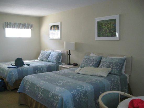 Surfcomber on the Ocean: room 19 w/ 2 queen beds