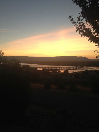 Celilo Inn : Beautiful view of the sunset over the Columbia River gorge