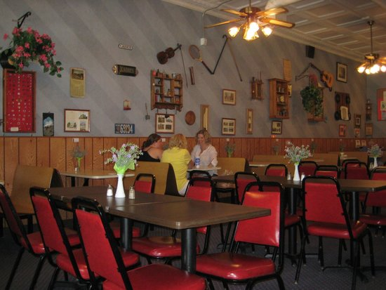 Diamond Deli: The inside of the restaurant. The walls are adorned with old pictures and collectables