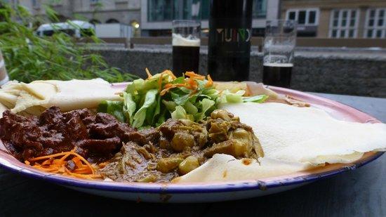 Im Herzen Afrikas: Mixt platter and dunkel 1L beer