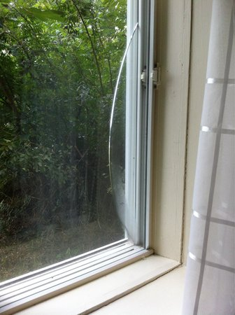La Maison Gauthier : Une vitre fendue dans notre chambre...