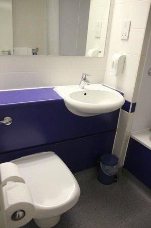 Travelodge Edinburgh Central: Habitación nº 127-Baño