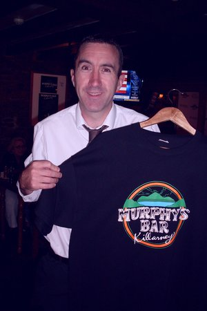 Murphy's Bar : Daniel holds T-shirt
