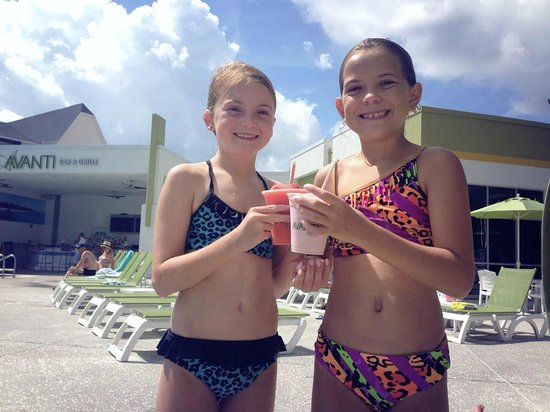 Avanti International Resort: Cold Drinks Poolside!