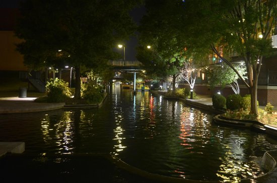 Bricktown Water Taxi: in notturna