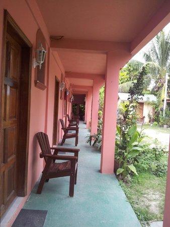 Orchid Palm Inn : Galerie menant aux chambres situées à l'arrière