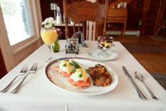 Beechwood Manor Inn & Cottage: Eggs Benedict with Smoked Salmon and Baby Spinach