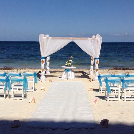 Dreams Riviera Cancun Resort & Spa : Wedding set up by Dreams staffers