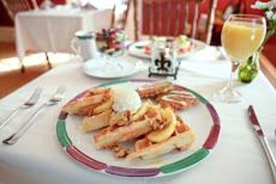 Beechwood Manor Inn & Cottage: Chef Scott's Delectable Waffle's with Gingered Apples