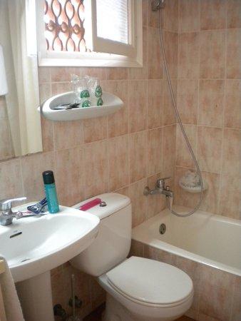 Hotel Rosa Nautica: bathroom (dated but clean)