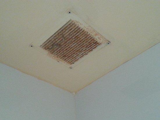 MS Alay Apartments: Suciedad en rejilla del baño