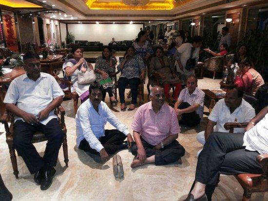 Hotel Sea Princess: Guests at Night sitting at Hotel Lobby