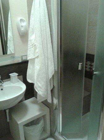 Casa Dolce Casa B&B: Bagno con ampia cabina doccia