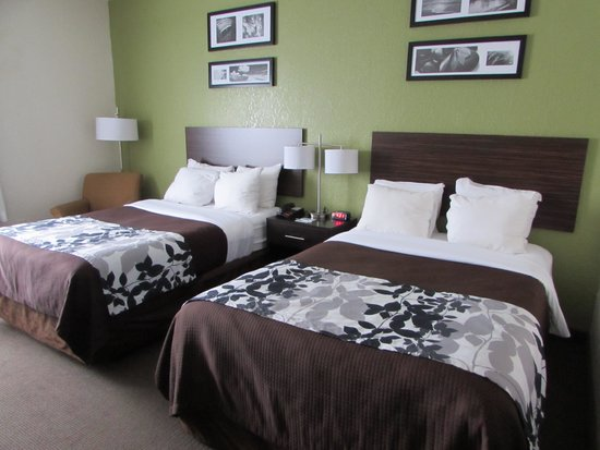 Sleep Inn & Suites: Attractive bedding & comfy mattress