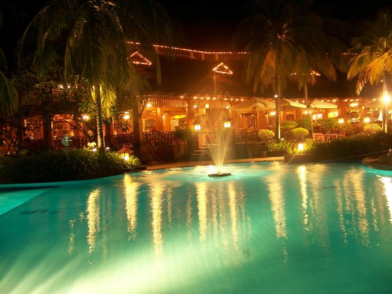 Diamond Cliff Resort and Spa: Piscine de nuit