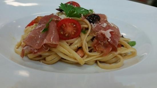 Il Dolce : linguini with prosciutto and gaeta olives