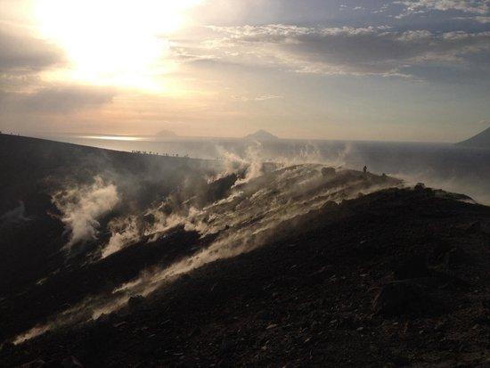 Scalata al Cratere : Getti sulfurei sul cratere di vulcano