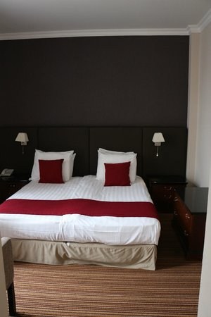 NH Brussels Carrefour De L'Europe: Room 102, queen bed, executive room with balcony