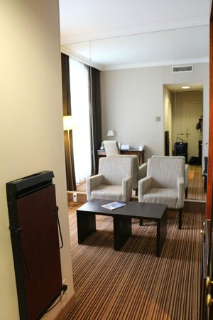 NH Brussels Carrefour De L'Europe: Room 102, sitting room, executive room with balcony