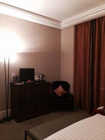 Hotel Dei Mellini : Room darkening drapes