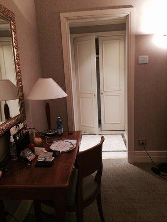 Hotel Dei Mellini: Foyer w/ large closet drawers and safe