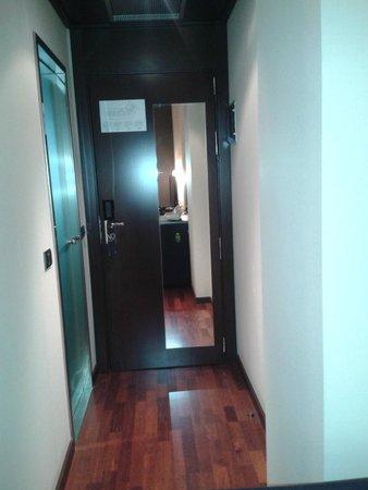 AC Hotel Valencia: Eingangtür mit Spiegel