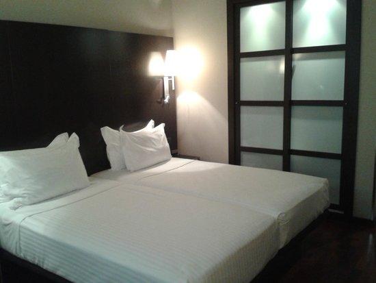 AC Hotel Valencia: Twinbett & Schrank