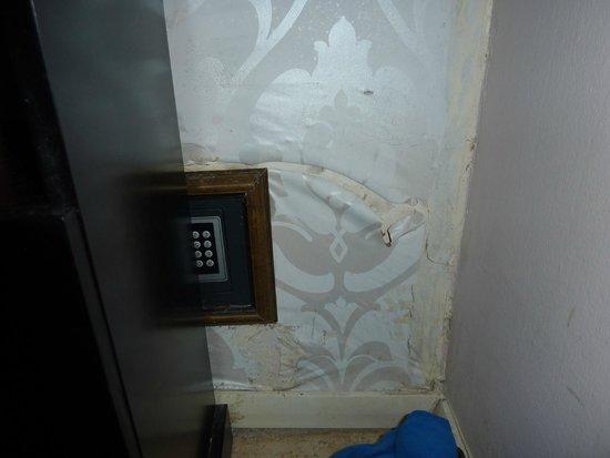 Liart Hotel: Humidité et moisissure dans les murs
