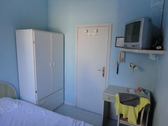 Hotel Peru: camera con ventolone al soffitto e tv a tubo catodico, anche mio nonno l'ha cambiata!