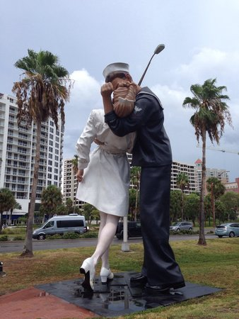 ‪Unconditional Surrender Sculpture‬